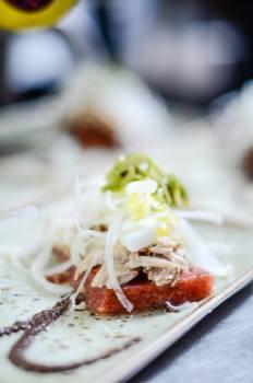 Gelée de tomàquet i farigola, ceba tendra, ventresca i olivada