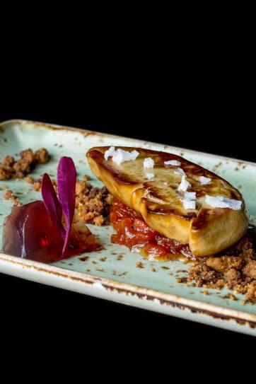 Foie fresc pôelé, crumble d'ametlla, gelée d'Oporto i estofat de papaia