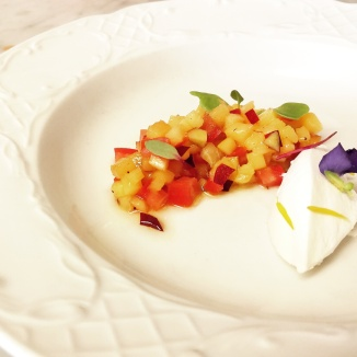 Sopa de síndria, tartar de nectarina i tomàquet i mató
