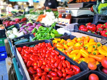 Tardor al mercat: pebrots i tomàquets